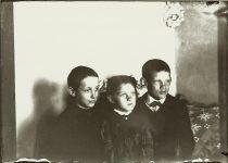 Three children. Boy-Girl-Boy EW Carter photo ca. 1900 Glass negative: 7″x5″