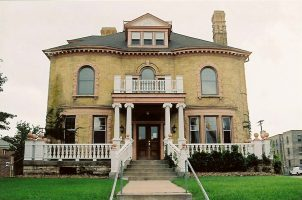 hinkle-murphy-house-exterior_hinklemurphy_Exterior_10HMHouseEXfrontsnap1005