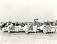 1913 Indianapolis 500 L R STUTZ Charlie Merz, Gil Anderson, Don Herr STUTZ HH COBURN CO Indianapoli,s Ind 2 10″x8″ photograph front