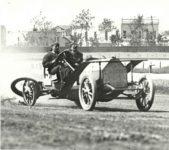 1910 ca. PIERCE-ARROW race car losing tire