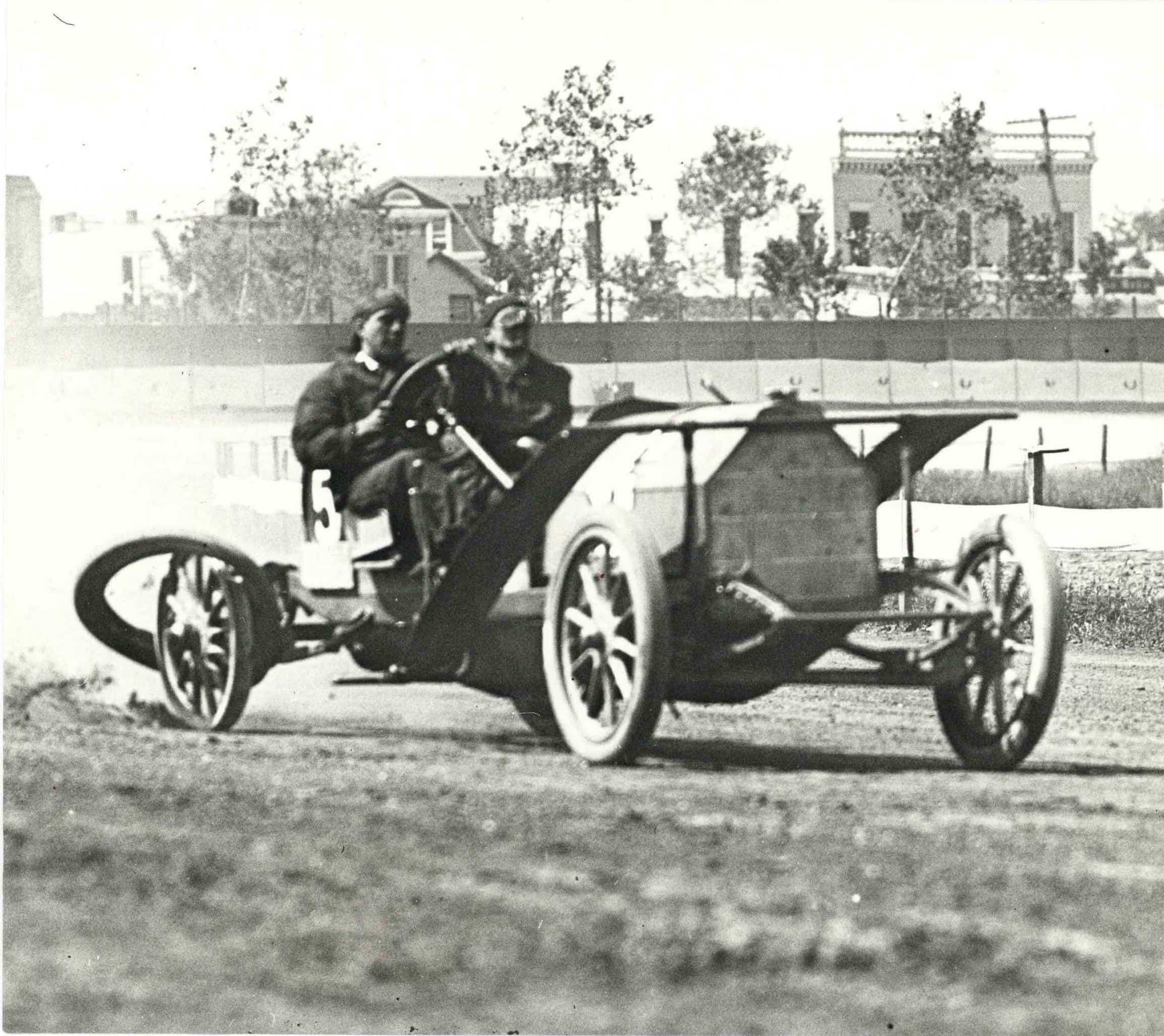 1910 ca. PIERCE-ARROW race car losing tire - Chuck's Toyland